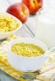 Copos de maíz, leche y melocotones Fotos de archivo libres de regalías