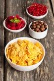 Copos de maíz y diversas bayas Foto de archivo libre de regalías