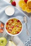 Copos de maíz y fresas sanos del desayuno con la leche, yogur fotografía de archivo