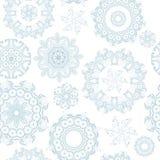 Copos de nieve adornados inconsútiles en el modelo blanco Foto de archivo libre de regalías