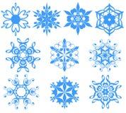 Copos de nieve azules sobre blanco. Fotografía de archivo libre de regalías
