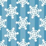 Copos de nieve blancos en fondo azul rayado Dibujado a mano Modelo inconsútil stock de ilustración