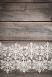 Copos de nieve blancos en de madera viejo Imágenes de archivo libres de regalías