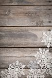 Copos de nieve blancos en de madera viejo Foto de archivo