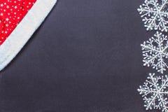 Copos de nieve blancos en una pizarra negra Fotografía de archivo libre de regalías