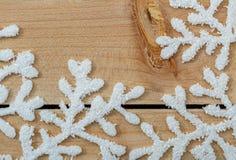 Copos de nieve blancos en una tabla de madera ligera Fondo de la decoraci?n de la Navidad y espacio de la copia Feliz Navidad fel imagen de archivo
