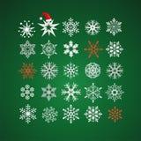 Copos de nieve blancos y rojos en fondo verde oscuro Fotos de archivo libres de regalías