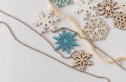 Copos de nieve de madera decorativos y un árbol de navidad con una secuencia Fotografía de archivo