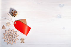Copos de nieve de madera en el fondo festivo colorido superficial natural de lino verde con el espacio para el texto Foto de archivo libre de regalías