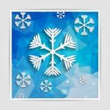 Copos de nieve de papel abstractos en fondo geométrico azul con tria Foto de archivo