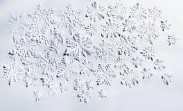 Copos de nieve de papel en el fondo blanco Fotografía de archivo libre de regalías