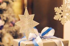 Copos de nieve decorativos blancos como la decoración de la Navidad Foto de archivo libre de regalías