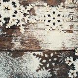 Copos de nieve decorativos de madera blancos en viejo vintage Foto de archivo