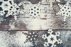 Copos de nieve decorativos de madera en viejo vintage Imágenes de archivo libres de regalías