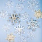 Copos de nieve decorativos de plata en un fondo de madera azul cristo Foto de archivo