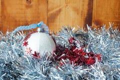 Copos de nieve decorativos de plata en el fondo de plata de la Navidad del brillo Fotografía de archivo