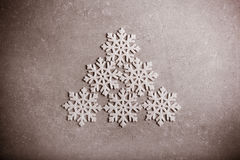 Copos de nieve decorativos sobre fondo gris Imagen de archivo