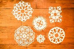 Copos de nieve del Año Nuevo/la Navidad en la madera Imagen de archivo libre de regalías
