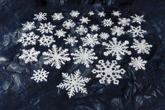 Copos de nieve del Libro Blanco en fondo azul marino Fotografía de archivo libre de regalías