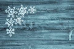 Copos de nieve en el fondo de madera Decoración de las vacaciones de invierno imagen de archivo