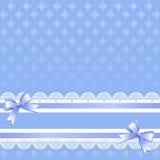 Copos de nieve en fondo azul claro con las cintas y los arcos de la lila libre illustration