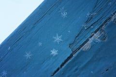 Copos de nieve en la madera azul Imagen de archivo libre de regalías