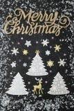 Copos de nieve que caen en los árboles de navidad fotografía de archivo