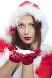 Copos de nieve que soplan de la mujer cómoda feliz Foto de archivo libre de regalías