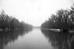Copos de nieve sobre el río Fotografía de archivo