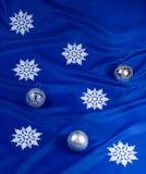 Copos de nieve y esferas Imagen de archivo