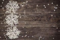 Copos de nieve y estrellas en fondo de madera Fotos de archivo libres de regalías