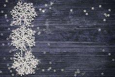 Copos de nieve y estrellas en fondo de madera Imágenes de archivo libres de regalías