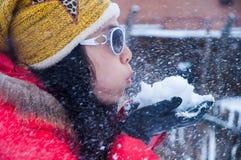 Copos de nieve y muchacha del vuelo Imágenes de archivo libres de regalías