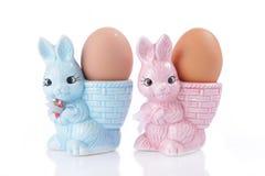 Copos de ovo com coelhinho da Páscoa Fotografia de Stock