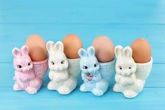 Copos de ovo com coelhinho da Páscoa Imagens de Stock Royalty Free