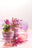 Copos de ovo com decorações da flor Imagens de Stock Royalty Free