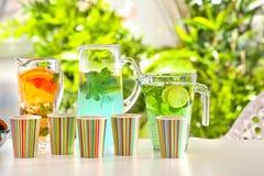 Copos de papel com tipos diferentes da limonada Fotografia de Stock