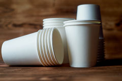 Copos de papel descartáveis brancos para o café e o chá Muito Fotografia de Stock Royalty Free