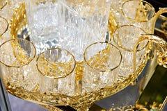 Copos de vidro para bebidas com decoração dourada Fotografia de Stock