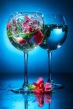 Copos de vinho com água e as flores Foto de Stock