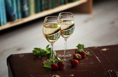 Copos de vinho com o vinho branco decorado com morango e hortelã Fotografia de Stock Royalty Free