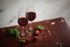 Copos de vinho com o vinho tinto decorado com morango e hortelã Fotografia de Stock