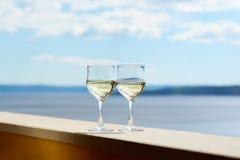 Copos de vinho com vinho branco Imagem de Stock