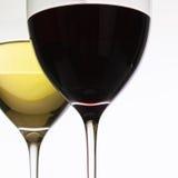 Copos de vinho com vinho vermelho e branco Fotos de Stock