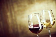 Copos de vinho do vinho vermelho e branco de lado a lado Fotografia de Stock Royalty Free