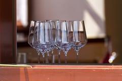 Copos de vinho na janela o restaurante Fotos de Stock Royalty Free