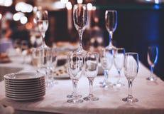 Copos de vinho na tabela Imagens de Stock