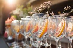 Copos de vinho vazios com decoração no evento incorporado imagens de stock