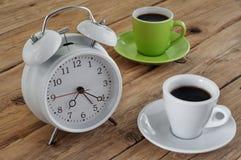 Copos do café com um despertador Imagem de Stock Royalty Free