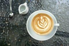 Copos do café da arte do latte na tabela preta Imagens de Stock